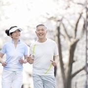 腰が曲がる原因とは? 加齢による体の変化を知ることで対策を考えましょう!